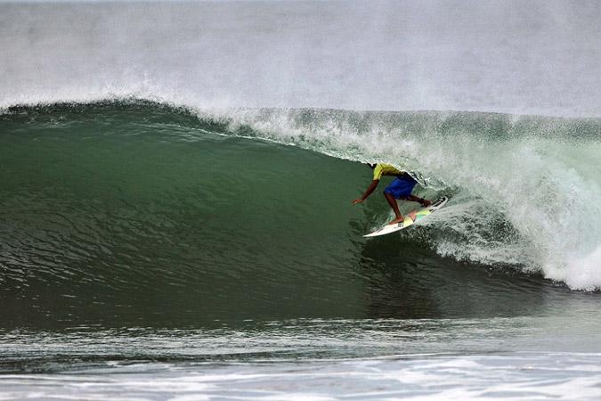 Magnum Martinez (VEN) corriendo los perfectos tubos de Playa Colorado, Nicaragua, durante el ISA World Masters Surfing Championship de 2012. Foto: ISA/Gonzales.