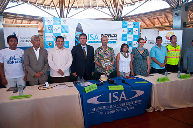 ISA President Fernando Aguerre was joined by Ecuador's Government Officials including Vice Minister of Sport Augusto Moran (fourth from left), Vice Minister of Environment Mercy Borbor (fourth from right), Governor of Santa Elena John Paul Soto Garcia (third from left) amongst others. Photo: ISA/Rommel Gonzales