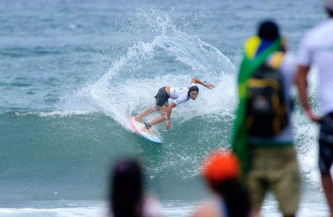 Andrea Lopes de Brasil dominó su serie durante el Día 3, avanzando a las Semifinales de Mujeres Masters. Foto: ISA/Michael Tweddle